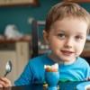 Ja si duhet t'i ushqeni foshnjat për të shmangur alergjitë ndaj ushqimeve
