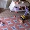 E pabesueshme/ Shikoni se si 2-vjeçari i shpëton jetën binjakut