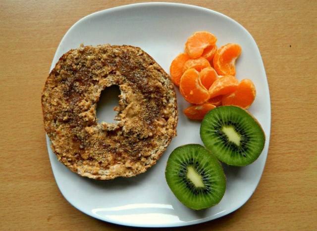 Bukë integrale me mjaltë, fara lini, mandarinë, kivi