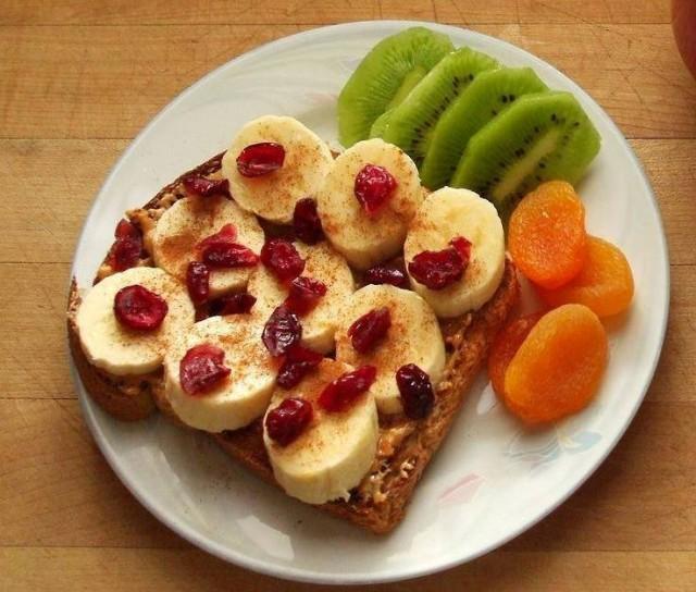 Bukë me gjalp kikiriku ose tahinë (susam i bluar) me banane, boronicë të thatë, kajsi të thatë dhe kivi