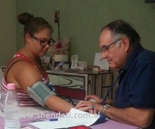 Dr. Heqimi duke kryer kontrollet shëndetësore me Xhoian