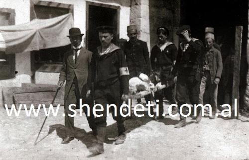 Durrës, marinarë austriakë duke transportuar një të plagosur