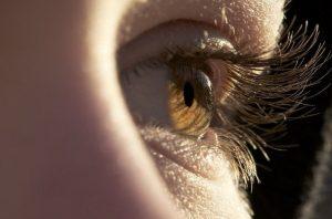 Çfarë e shkakton rënien e qerpikëve?