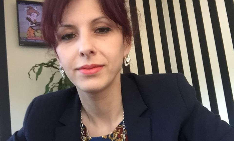 Drejtoresha e spitalit firmos për dypunësimin e vetes, cakton dhe rrogën